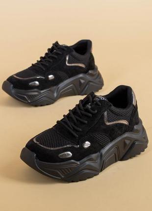 Черные кроссовки на масивной подошве