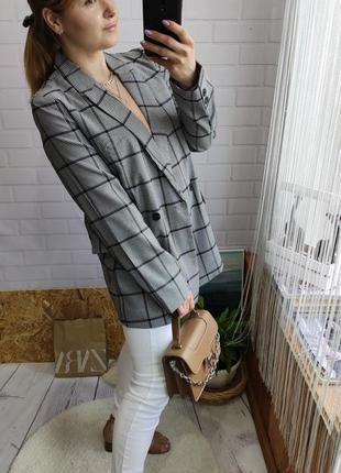 Трендовый двубортный пиджак прямого кроя