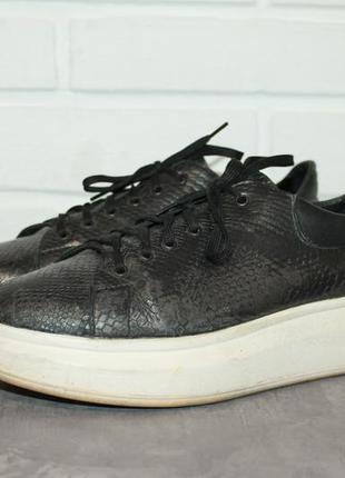 Актуальные кожаные кроссовки