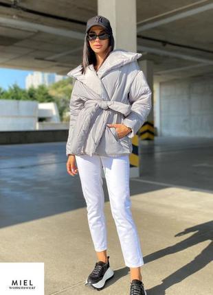 Объемная серая куртка с поясом