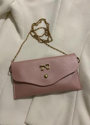 Розовый клатч с золотой фурнитурой и цепочкой