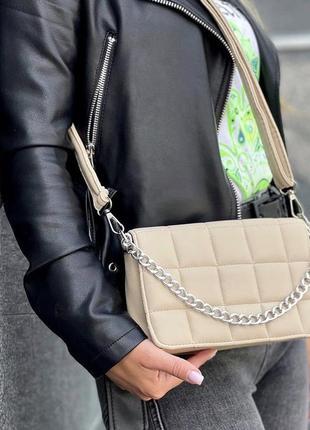 Бежевая женская сумка кожзам кросс боди стёганая с цепочкой