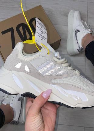 Женские бежевые кроссовки adidas yeezy 700