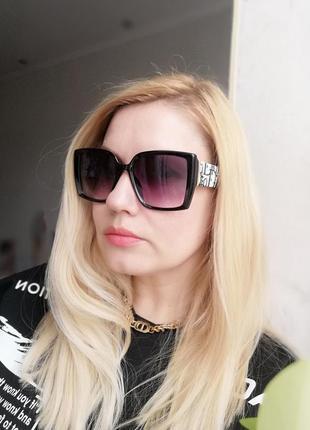 Эксклюзивные брендовые чёрные солнцезащитные женские очки с текстурными дужками