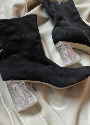 Ботинки чулки на стильном каблуке.
