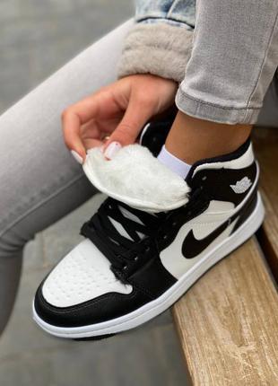 Женские кожаные зимние кроссовки nike air jordan 1 черно-белого цвета на меху