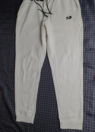 Белые спортивные штаны nike