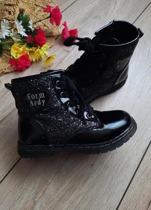 Ботинки лаковые, черные, чобітки лаковані чорні.