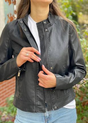 Жіноча чорна куртка із эко-шкіри a new day