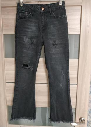 Актуальные укороченные джинсы с необработанным низом