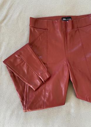 Штаны, брюки, легинсы из эко-кожи zara