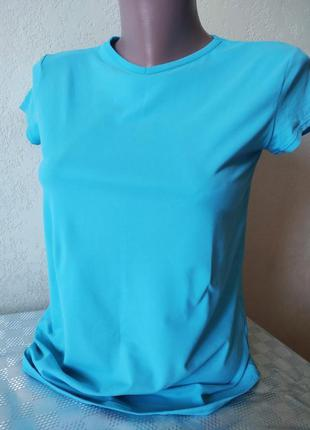 Голубая спортивная футболка