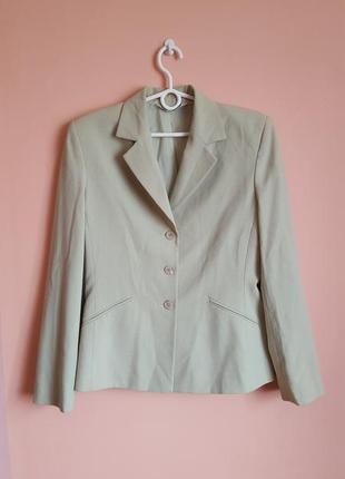 Нежно зеленый пиджак