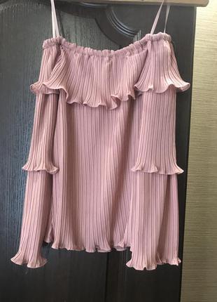 Красивая блуза со спущенными плечами и рукавами воланами в идеальном состоянии размер xs-s