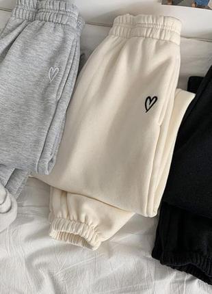 Утеплённые джоггеры с вышивкой