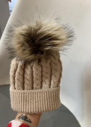 Бежевая вязаная шапочка с помпоном