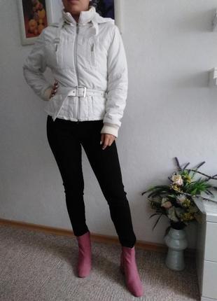 Удобная демисезонная курточка со съёмным капюшоном