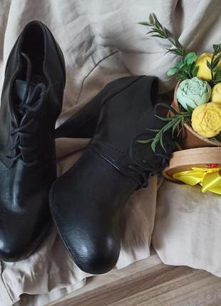 Шикарные кожаные ботинки на каблуке
