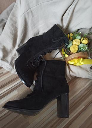 Стильные черные замшевые ботинки на шнуровке