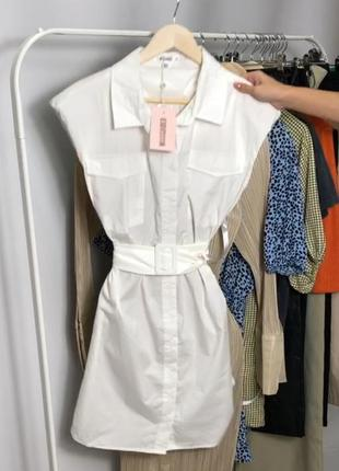 Белое платье-рубашка без рукавов с поясом