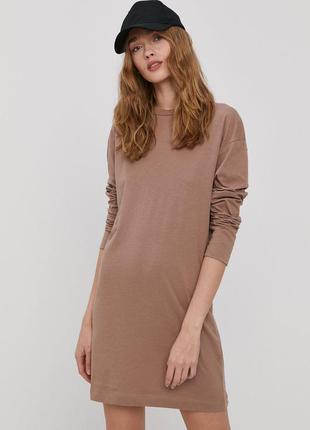 Теплое бежевое трикотажное платье свитер