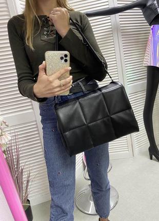 Чёрная стеганая дутая сумка кроссбоди через плечо