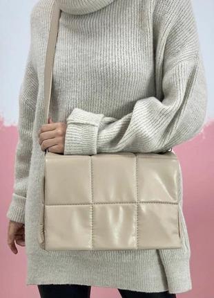 Бежевая стеганая дутая сумка кроссбоди через плечо