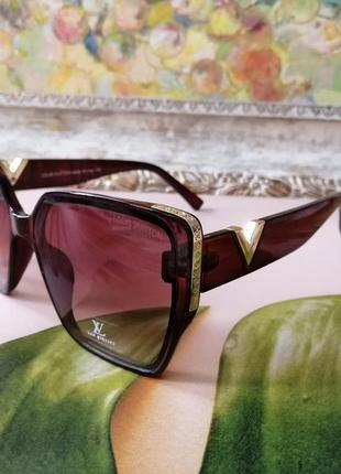 Модные брендовые коричневые солнцезащитные женские очки с красивым декором
