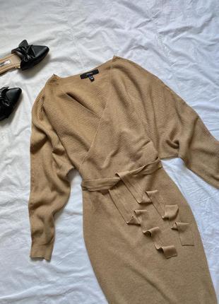 Коричневое вязаное платье  в рубчик с поясом