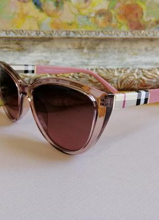 Модные розовые солнцезащитные женские очки кошечки с текстурой на дужке