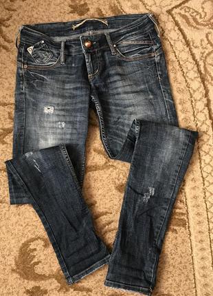 Джинсы с потёртостями, джинси з потертостями, джинси прямі