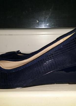Синие туфли с лазерной обработкой   принт рептилии  на лаковой танкетке платформе  lotus
