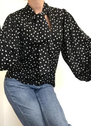 Блузка рубашка в горошек с объёмными рукавами кофта с завязками на горловине шее с объёмными рукавами оверсайз чёрная стильная блуза свободного кроя
