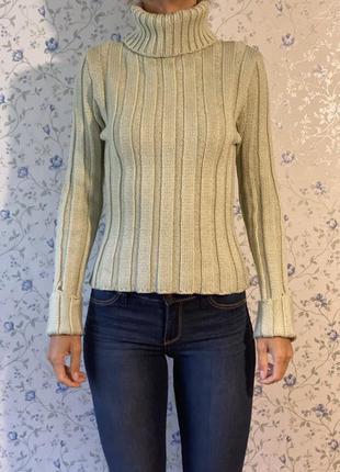 Теплый свитер нежно зеленого цвета