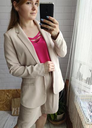 Актуальный кремовый пиджак прямого кроя
