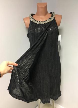 Красивое платье чёрного цвета с мерцающей нитью