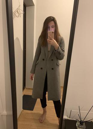 Стильное серое пальто