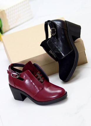 Высокие туфли на среднем каблуке с декором