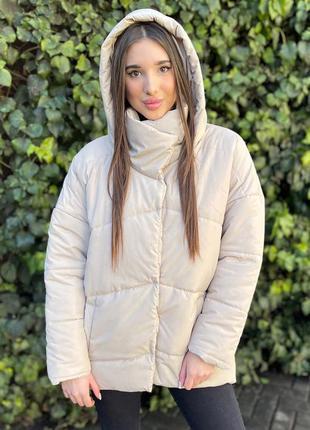 Бежевая куртка пуховик