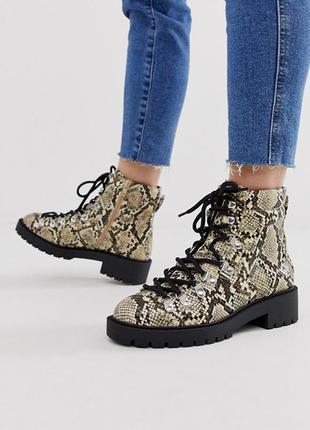 Ботинки на шнуровке змеиный принт