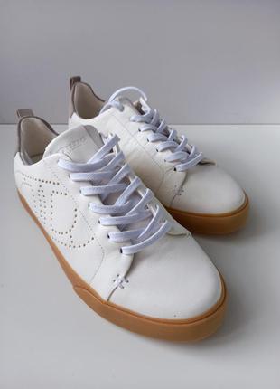 Шкіряні білі кросівки від dune