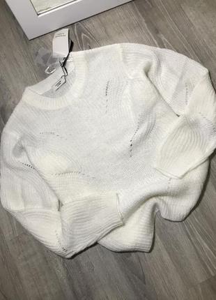 Белый вязаный свитерок оверсайз