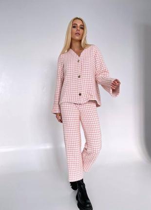 Розовый костюм