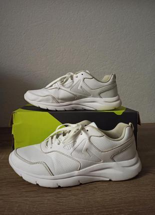 Белые кроссовки demix
