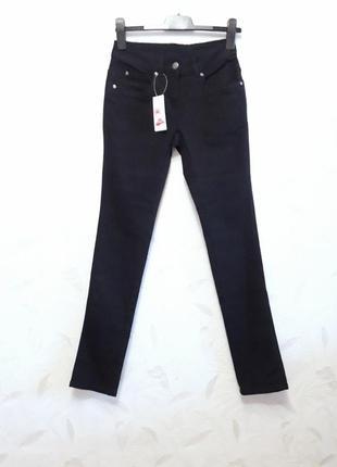Стрейчевые джинсы зауженные к низу из органического хлопка и эластана от lycra