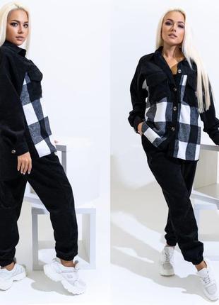 Вельветовый черный костюм, женская рубашка в клетку и джоггеры