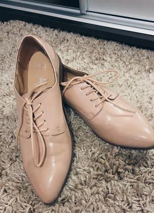 Крутые туфли лодочки бежевого цвета