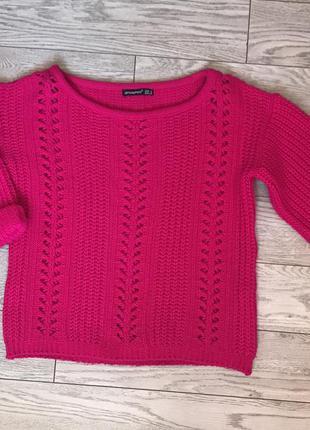 Малиновый вязаный свитер