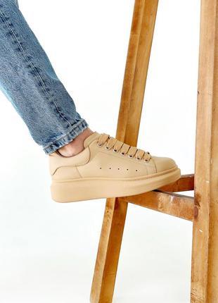 Женские бежевые кожаные кроссовки alexander mcqueen