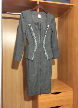 Платье серое деловое с баской с рукавом франция mirachel в стиле mugler